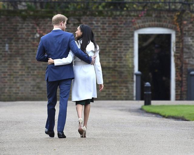 Cuốn sách bom tấn của vợ chồng Meghan Markle: Hé lộ sự thật về việc ai mới là người đưa ra quyết định nhà Sussex rời khỏi hoàng gia Anh - Ảnh 2.