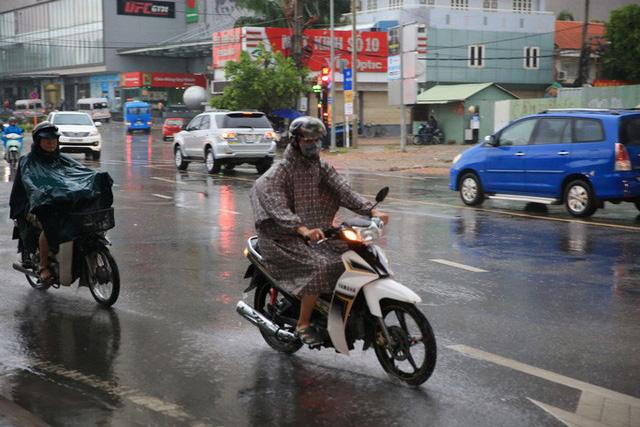 Toàn TP HCM bất ngờ xuất hiện mưa ngâu xua tan oi bức  - Ảnh 2.
