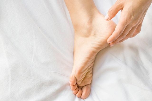 Nguyên nhân và phương pháp khắc phục tình trạng nứt nẻ da ở tay và chân trong mùa hè - Ảnh 1.