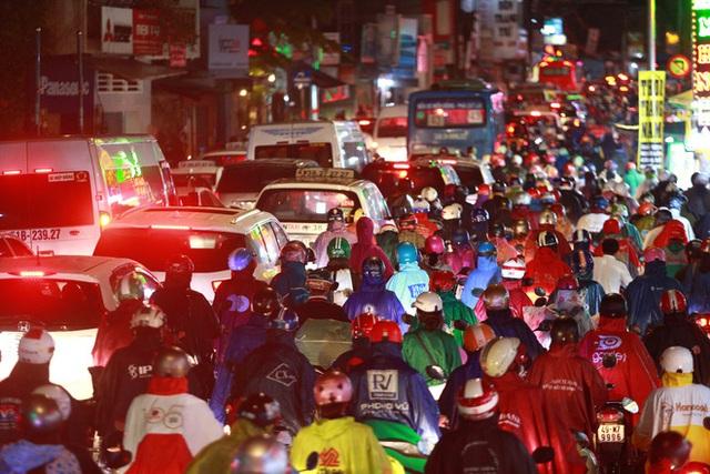 Sài Gòn mưa lớn chiều đầu tuần, người lớn trẻ nhỏ chật vật trên đường vì kẹt xe - Ảnh 1.
