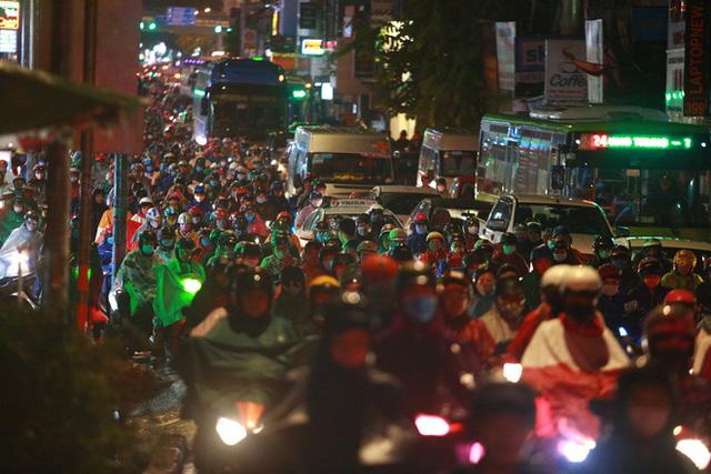 Sài Gòn mưa lớn chiều đầu tuần, người lớn trẻ nhỏ chật vật trên đường vì kẹt xe - Ảnh 2.