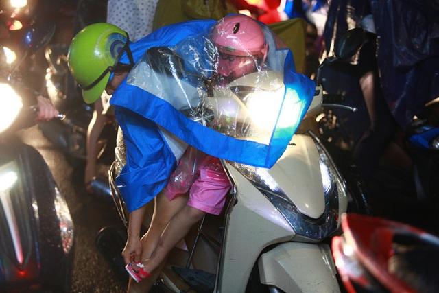 Sài Gòn mưa lớn chiều đầu tuần, người lớn trẻ nhỏ chật vật trên đường vì kẹt xe - Ảnh 11.