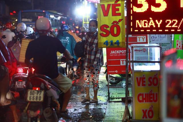 Sài Gòn mưa lớn chiều đầu tuần, người lớn trẻ nhỏ chật vật trên đường vì kẹt xe - Ảnh 12.