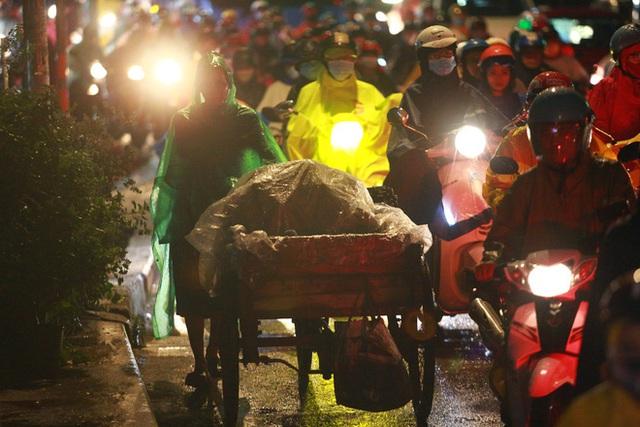 Sài Gòn mưa lớn chiều đầu tuần, người lớn trẻ nhỏ chật vật trên đường vì kẹt xe - Ảnh 13.