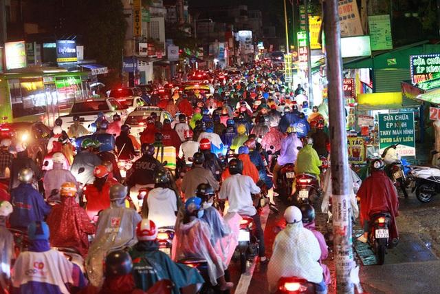 Sài Gòn mưa lớn chiều đầu tuần, người lớn trẻ nhỏ chật vật trên đường vì kẹt xe - Ảnh 3.