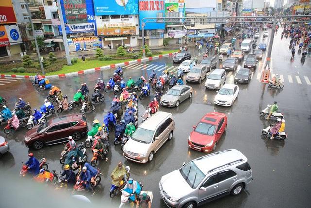 Toàn TP HCM bất ngờ xuất hiện mưa ngâu xua tan oi bức  - Ảnh 4.