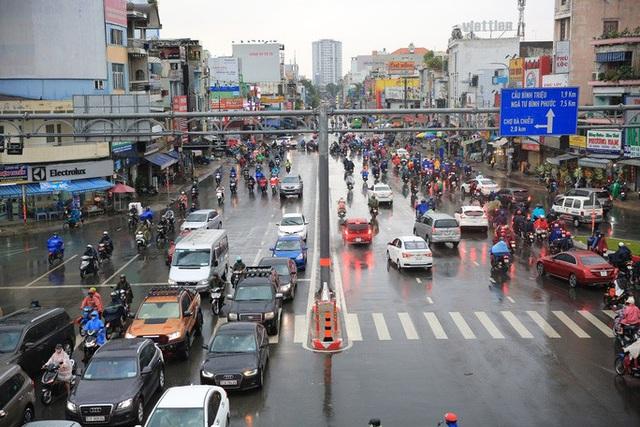 Toàn TP HCM bất ngờ xuất hiện mưa ngâu xua tan oi bức  - Ảnh 5.