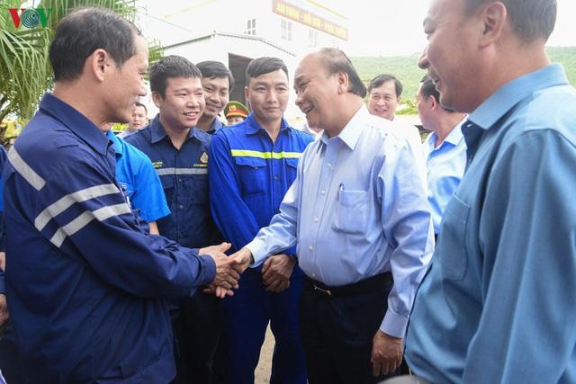 Ảnh: Thủ tướng làm việc tại Quảng Ninh và trò chuyện với công nhân mỏ - Ảnh 5.