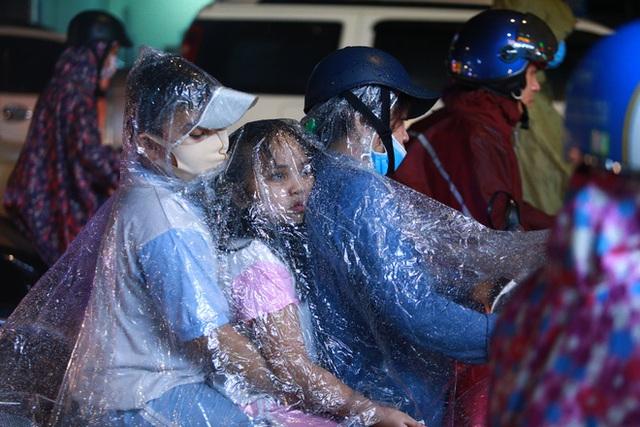Sài Gòn mưa lớn chiều đầu tuần, người lớn trẻ nhỏ chật vật trên đường vì kẹt xe - Ảnh 5.