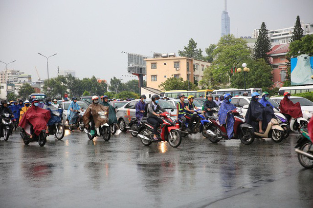 Toàn TP HCM bất ngờ xuất hiện mưa ngâu xua tan oi bức  - Ảnh 6.