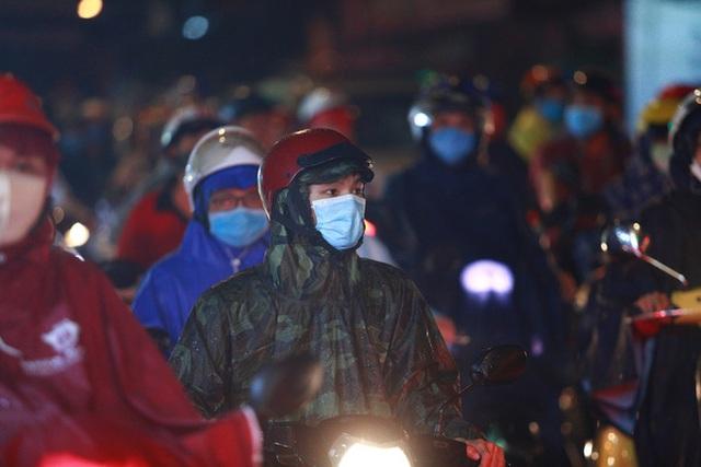 Sài Gòn mưa lớn chiều đầu tuần, người lớn trẻ nhỏ chật vật trên đường vì kẹt xe - Ảnh 6.