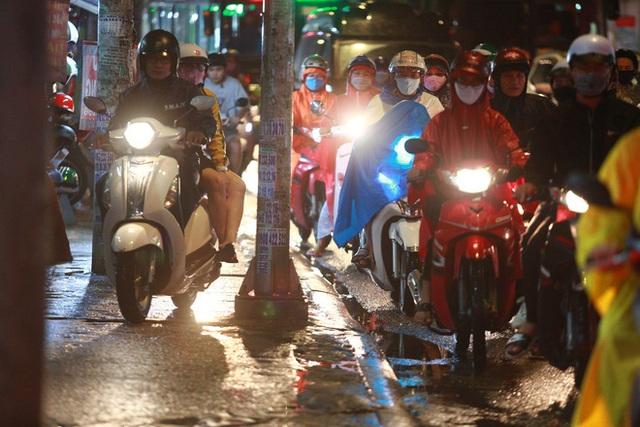 Sài Gòn mưa lớn chiều đầu tuần, người lớn trẻ nhỏ chật vật trên đường vì kẹt xe - Ảnh 9.