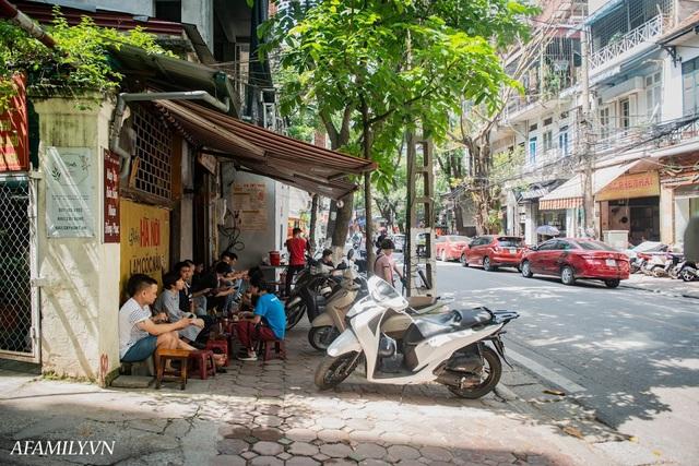 Quán cà phê vỉa hè vừa bé lại cũ kỹ nhất nhì Hà Nội, tồn tại suốt gần thế kỷ với 4 đời tiếp nhận nhưng vẫn đông khách vô cùng, 1 ngày bán cả nghìn cốc - Ảnh 1.