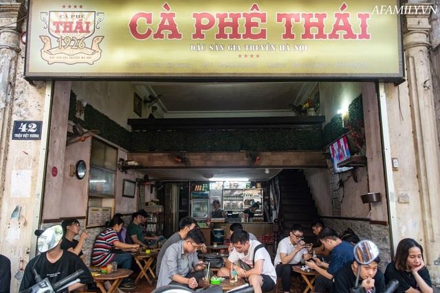 Quán cà phê vỉa hè vừa bé lại cũ kỹ nhất nhì Hà Nội, tồn tại suốt gần thế kỷ với 4 đời tiếp nhận nhưng vẫn đông khách vô cùng, 1 ngày bán cả nghìn cốc - Ảnh 2.