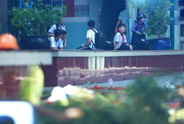 Cận cảnh gốc phượng vĩ mục ruỗng đổ gãy đè 13 học sinh thương vong ở Sài Gòn - Ảnh 13.