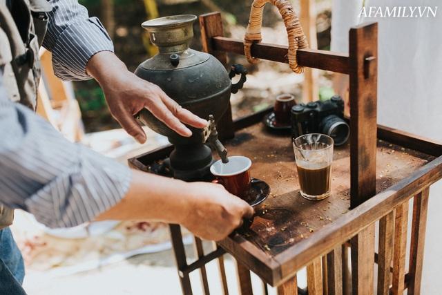 Quán cà phê vỉa hè vừa bé lại cũ kỹ nhất nhì Hà Nội, tồn tại suốt gần thế kỷ với 4 đời tiếp nhận nhưng vẫn đông khách vô cùng, 1 ngày bán cả nghìn cốc - Ảnh 17.