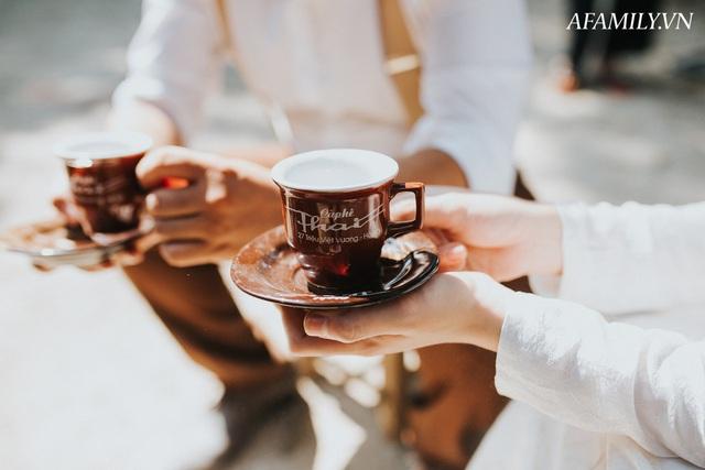 Quán cà phê vỉa hè vừa bé lại cũ kỹ nhất nhì Hà Nội, tồn tại suốt gần thế kỷ với 4 đời tiếp nhận nhưng vẫn đông khách vô cùng, 1 ngày bán cả nghìn cốc - Ảnh 18.