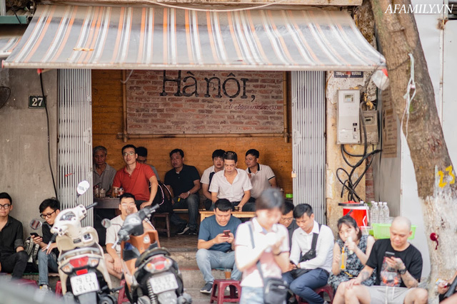 Quán cà phê vỉa hè vừa bé lại cũ kỹ nhất nhì Hà Nội, tồn tại suốt gần thế kỷ với 4 đời tiếp nhận nhưng vẫn đông khách vô cùng, 1 ngày bán cả nghìn cốc - Ảnh 19.