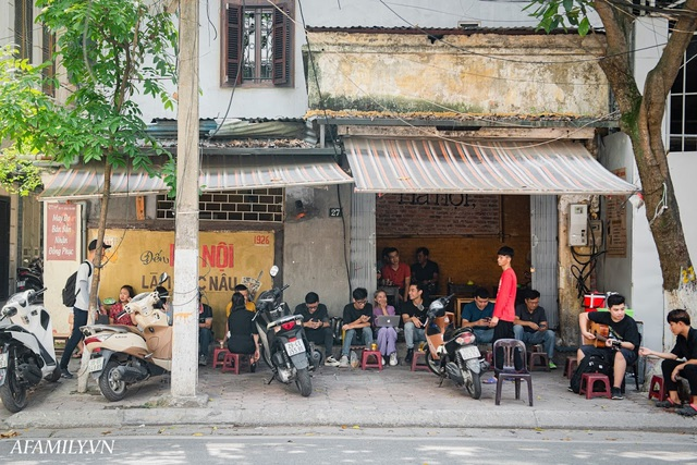 Quán cà phê vỉa hè vừa bé lại cũ kỹ nhất nhì Hà Nội, tồn tại suốt gần thế kỷ với 4 đời tiếp nhận nhưng vẫn đông khách vô cùng, 1 ngày bán cả nghìn cốc - Ảnh 20.