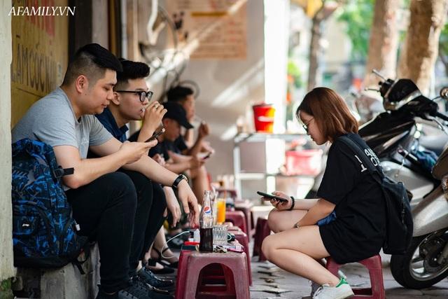 Quán cà phê vỉa hè vừa bé lại cũ kỹ nhất nhì Hà Nội, tồn tại suốt gần thế kỷ với 4 đời tiếp nhận nhưng vẫn đông khách vô cùng, 1 ngày bán cả nghìn cốc - Ảnh 3.