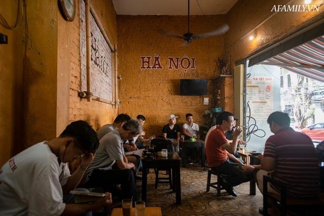 Quán cà phê vỉa hè vừa bé lại cũ kỹ nhất nhì Hà Nội, tồn tại suốt gần thế kỷ với 4 đời tiếp nhận nhưng vẫn đông khách vô cùng, 1 ngày bán cả nghìn cốc - Ảnh 21.
