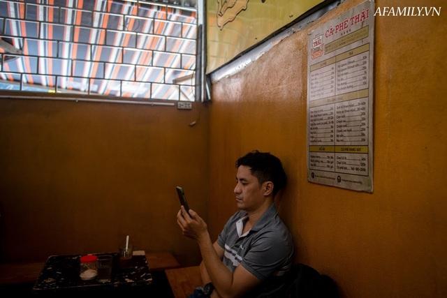 Quán cà phê vỉa hè vừa bé lại cũ kỹ nhất nhì Hà Nội, tồn tại suốt gần thế kỷ với 4 đời tiếp nhận nhưng vẫn đông khách vô cùng, 1 ngày bán cả nghìn cốc - Ảnh 22.