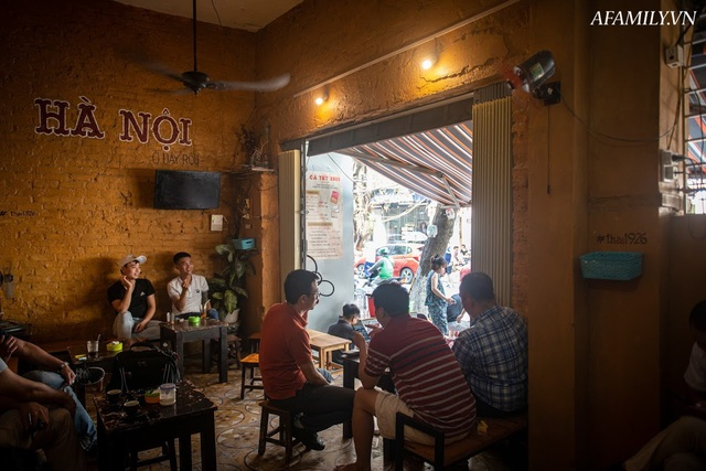 Quán cà phê vỉa hè vừa bé lại cũ kỹ nhất nhì Hà Nội, tồn tại suốt gần thế kỷ với 4 đời tiếp nhận nhưng vẫn đông khách vô cùng, 1 ngày bán cả nghìn cốc - Ảnh 23.