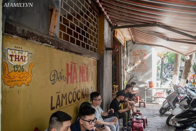 Quán cà phê vỉa hè vừa bé lại cũ kỹ nhất nhì Hà Nội, tồn tại suốt gần thế kỷ với 4 đời tiếp nhận nhưng vẫn đông khách vô cùng, 1 ngày bán cả nghìn cốc - Ảnh 24.