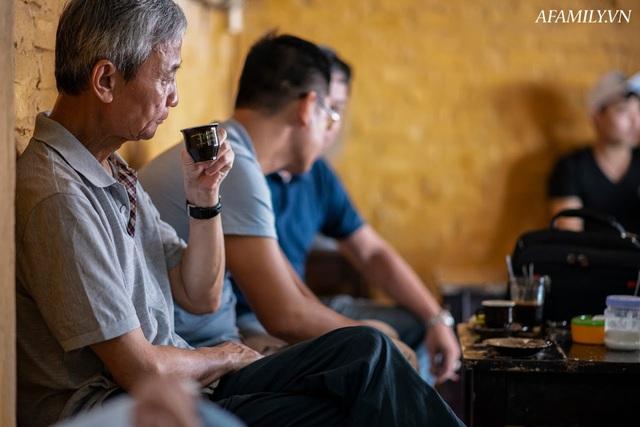 Quán cà phê vỉa hè vừa bé lại cũ kỹ nhất nhì Hà Nội, tồn tại suốt gần thế kỷ với 4 đời tiếp nhận nhưng vẫn đông khách vô cùng, 1 ngày bán cả nghìn cốc - Ảnh 25.