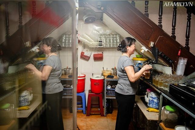 Quán cà phê vỉa hè vừa bé lại cũ kỹ nhất nhì Hà Nội, tồn tại suốt gần thế kỷ với 4 đời tiếp nhận nhưng vẫn đông khách vô cùng, 1 ngày bán cả nghìn cốc - Ảnh 26.