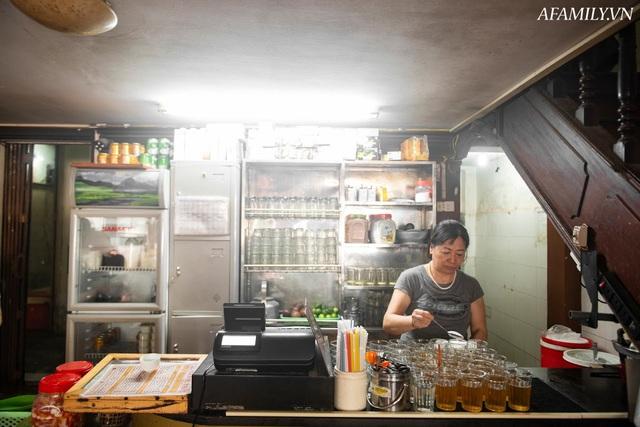 Quán cà phê vỉa hè vừa bé lại cũ kỹ nhất nhì Hà Nội, tồn tại suốt gần thế kỷ với 4 đời tiếp nhận nhưng vẫn đông khách vô cùng, 1 ngày bán cả nghìn cốc - Ảnh 27.