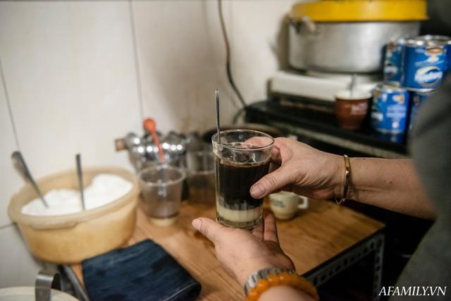 Quán cà phê vỉa hè vừa bé lại cũ kỹ nhất nhì Hà Nội, tồn tại suốt gần thế kỷ với 4 đời tiếp nhận nhưng vẫn đông khách vô cùng, 1 ngày bán cả nghìn cốc - Ảnh 28.