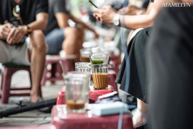 Quán cà phê vỉa hè vừa bé lại cũ kỹ nhất nhì Hà Nội, tồn tại suốt gần thế kỷ với 4 đời tiếp nhận nhưng vẫn đông khách vô cùng, 1 ngày bán cả nghìn cốc - Ảnh 29.