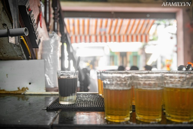 Quán cà phê vỉa hè vừa bé lại cũ kỹ nhất nhì Hà Nội, tồn tại suốt gần thế kỷ với 4 đời tiếp nhận nhưng vẫn đông khách vô cùng, 1 ngày bán cả nghìn cốc - Ảnh 30.