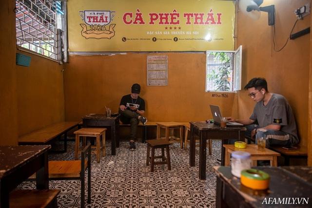 Quán cà phê vỉa hè vừa bé lại cũ kỹ nhất nhì Hà Nội, tồn tại suốt gần thế kỷ với 4 đời tiếp nhận nhưng vẫn đông khách vô cùng, 1 ngày bán cả nghìn cốc - Ảnh 4.