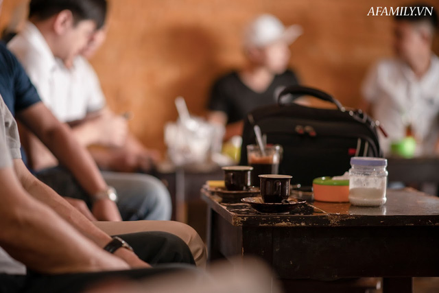 Quán cà phê vỉa hè vừa bé lại cũ kỹ nhất nhì Hà Nội, tồn tại suốt gần thế kỷ với 4 đời tiếp nhận nhưng vẫn đông khách vô cùng, 1 ngày bán cả nghìn cốc - Ảnh 31.