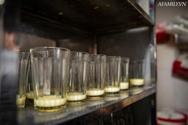 Quán cà phê vỉa hè vừa bé lại cũ kỹ nhất nhì Hà Nội, tồn tại suốt gần thế kỷ với 4 đời tiếp nhận nhưng vẫn đông khách vô cùng, 1 ngày bán cả nghìn cốc - Ảnh 32.