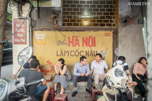 Quán cà phê vỉa hè vừa bé lại cũ kỹ nhất nhì Hà Nội, tồn tại suốt gần thế kỷ với 4 đời tiếp nhận nhưng vẫn đông khách vô cùng, 1 ngày bán cả nghìn cốc - Ảnh 33.