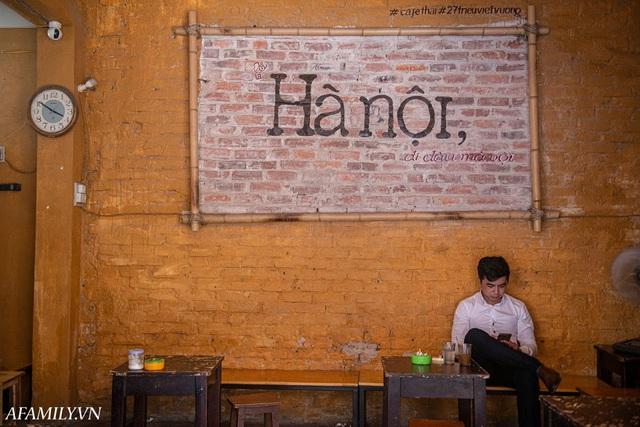Quán cà phê vỉa hè vừa bé lại cũ kỹ nhất nhì Hà Nội, tồn tại suốt gần thế kỷ với 4 đời tiếp nhận nhưng vẫn đông khách vô cùng, 1 ngày bán cả nghìn cốc - Ảnh 34.
