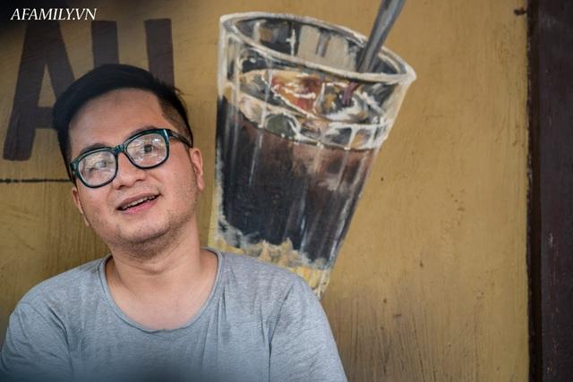 Quán cà phê vỉa hè vừa bé lại cũ kỹ nhất nhì Hà Nội, tồn tại suốt gần thế kỷ với 4 đời tiếp nhận nhưng vẫn đông khách vô cùng, 1 ngày bán cả nghìn cốc - Ảnh 5.