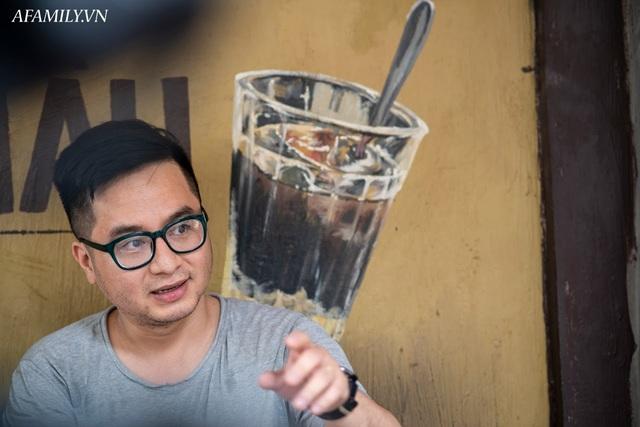 Quán cà phê vỉa hè vừa bé lại cũ kỹ nhất nhì Hà Nội, tồn tại suốt gần thế kỷ với 4 đời tiếp nhận nhưng vẫn đông khách vô cùng, 1 ngày bán cả nghìn cốc - Ảnh 7.