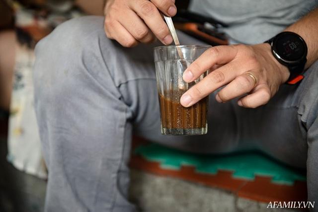 Quán cà phê vỉa hè vừa bé lại cũ kỹ nhất nhì Hà Nội, tồn tại suốt gần thế kỷ với 4 đời tiếp nhận nhưng vẫn đông khách vô cùng, 1 ngày bán cả nghìn cốc - Ảnh 8.