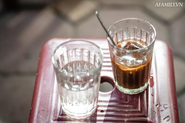 Quán cà phê vỉa hè vừa bé lại cũ kỹ nhất nhì Hà Nội, tồn tại suốt gần thế kỷ với 4 đời tiếp nhận nhưng vẫn đông khách vô cùng, 1 ngày bán cả nghìn cốc - Ảnh 9.