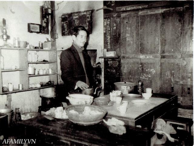 Quán cà phê vỉa hè vừa bé lại cũ kỹ nhất nhì Hà Nội, tồn tại suốt gần thế kỷ với 4 đời tiếp nhận nhưng vẫn đông khách vô cùng, 1 ngày bán cả nghìn cốc - Ảnh 10.