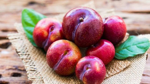 Mận là loại trái cây cực tốt nhưng có những người tốt nhất không nên ăn, đặc biệt là 5 đối tượng này - Ảnh 2.