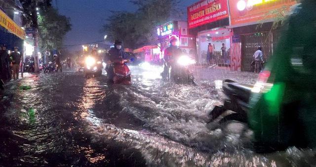 Mưa xối xả, hàng loạt tuyến đường tại TP HCM ngập như sông  - Ảnh 2.