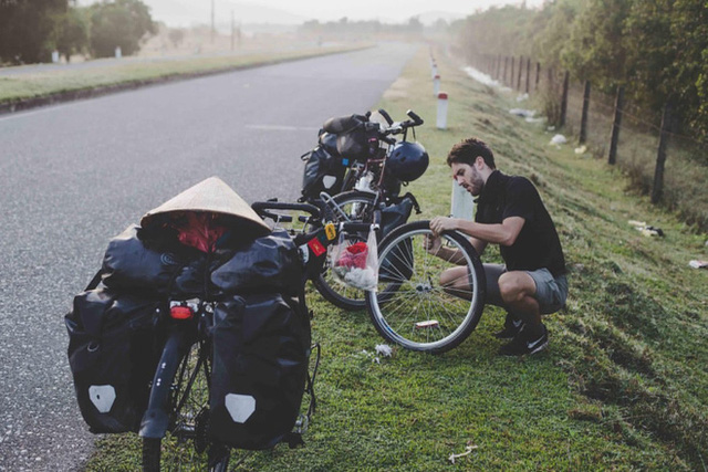 Cặp chồng Tây vợ Việt kết thúc 16.000km đạp xe từ Pháp về Việt Nam: Chặng cuối gian nan vì dịch bệnh Covid-19 - Ảnh 6.