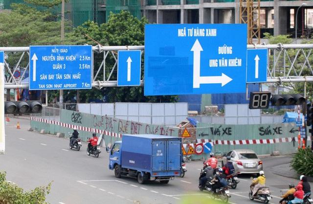Cận cảnh lô cốt đầy đường khu vực nút giao chân cầu Sài Gòn  - Ảnh 1.