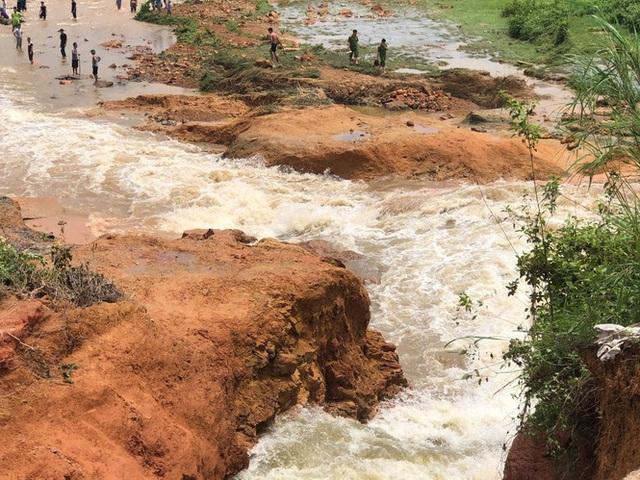 Phú Thọ vỡ đập thủy lợi, khẩn cấp di dời các hộ dân - Ảnh 3.