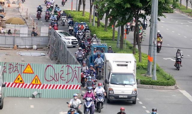 Cận cảnh lô cốt đầy đường khu vực nút giao chân cầu Sài Gòn  - Ảnh 4.